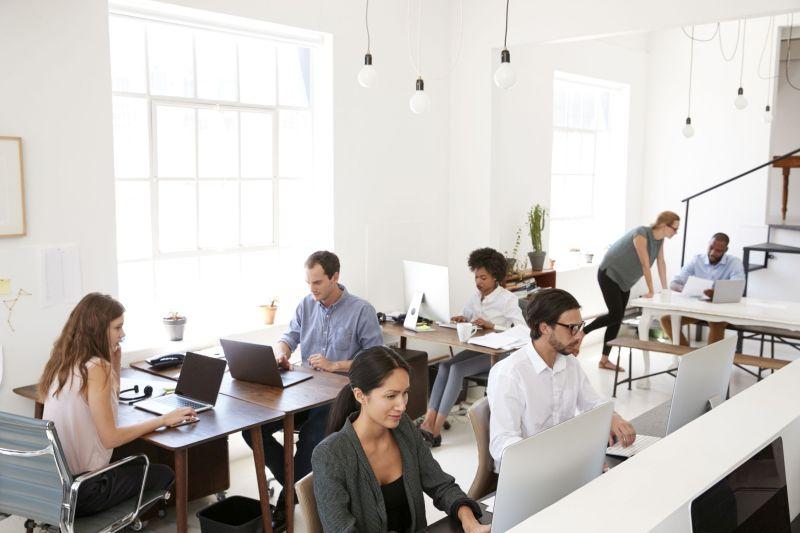młode osoby pracują w biurze