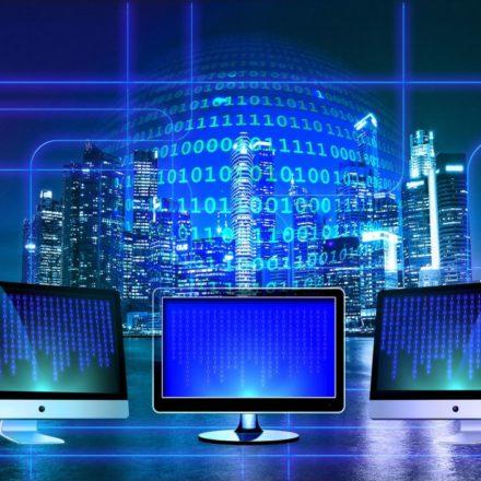 Jak zostać informatykiem? Ile zarabia informatyk i czy warto studiować ten kierunek?