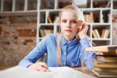młoda dziewczyna blondynka uczy się