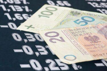 Złotówki i notowania giełdowe jako symbol inwestowania w akcje polskich spółek